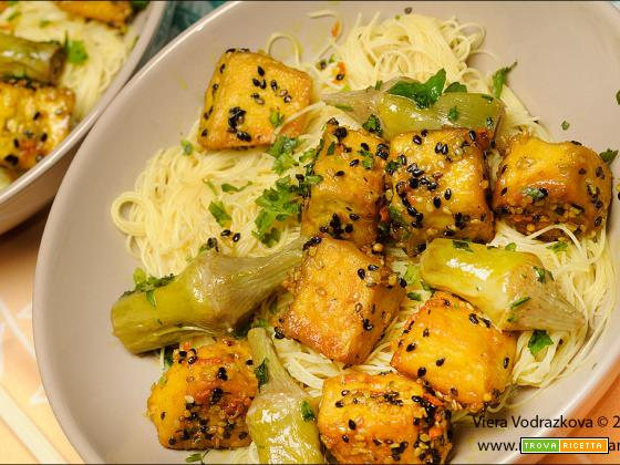 Tofu con zenzero e curcuma e vermicelli di riso