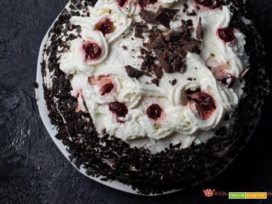 Torta foresta nera rivisitata con crema al latte e amarene sciroppate
