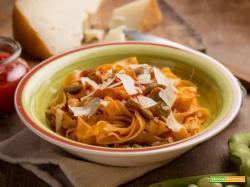 Fettuccine con fave, pomodoro e scaglie di pecorino e ho già fame!