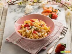 Pasta al salmone con fiocchi di latte, fragole e timo: bontà a tavola