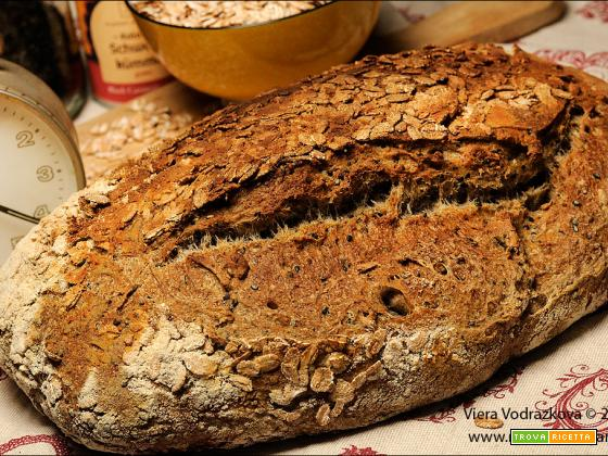 Pane rustico con fiocchi di farro integrale