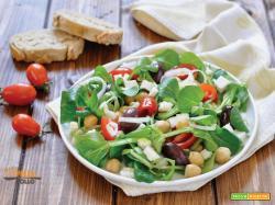 Insalata di ceci e feta con olive e verdure