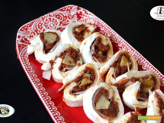 Rotolo di mozzarella con prosciutto cotto, pomodori secchi e carciofini