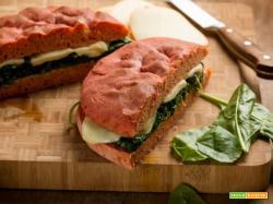 Focaccia alla barbabietola con spinaci e scamorza: che bontà