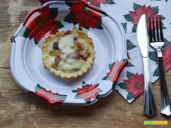 Tartellette con mozzarella zucchine e crudo