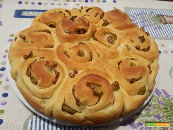Cornetti salati e torta roselline alle olive