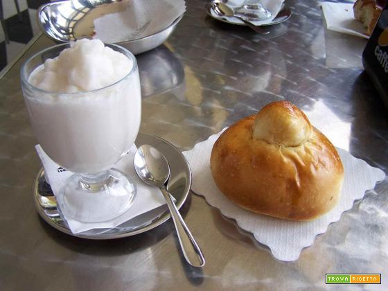 Granita siciliana storia e tradizione della colazione con brioche con tuppo