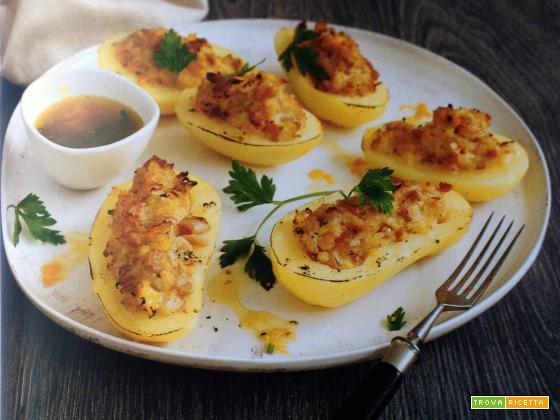 Patate ripiene con salsa di vinaigrette al limone e vino in abbinamento