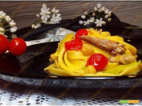 Tagliatelle con filetti di sgombro ceci e pomodorini