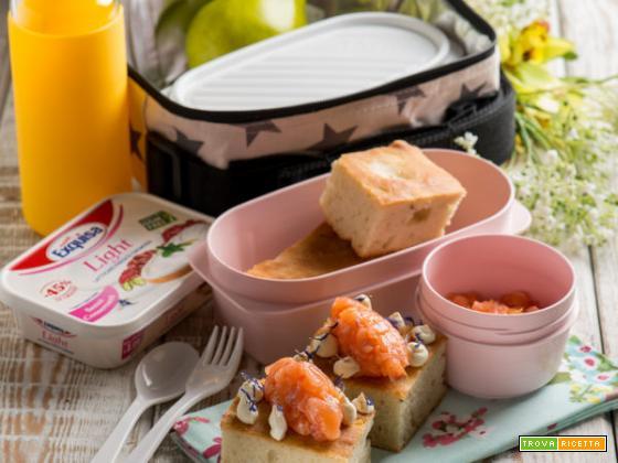 La focaccia al rosmarino con tartare di salmone e formaggio