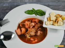 Zuppa di frutti di mare con crostini