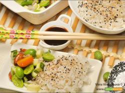 Una ciotola di riso e insalatina di cucamelon