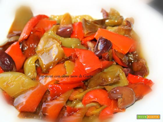 Peperoni in padella con olive nere di Gaeta