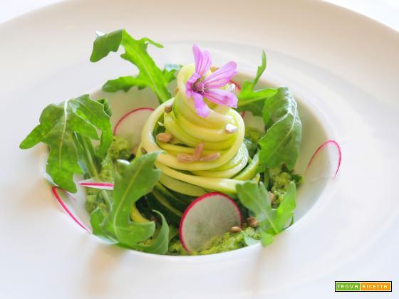 """""""Spaghetti"""" di Zucchine con pesto di Rucola e foglie di Sedano"""