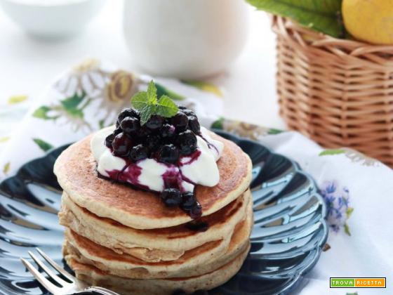 Colazione con CLUSE: Pancakes light integrali con yogurt e mirtilli