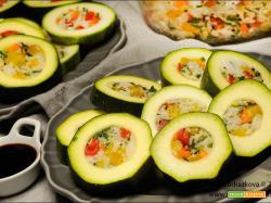 Zucchine crude ripiene con il riso e verdure