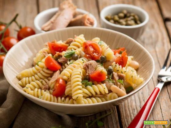 Fresca insalata di pasta con tonno, cannellini e pomodori