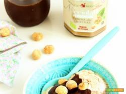 Gelato senza gelatiera con Nocciolata bianca e salsa calda al cioccolato