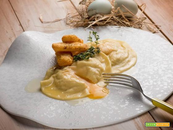 Il raviolo con ripieno di ricotta, radicchio e tuorlo d'uovo