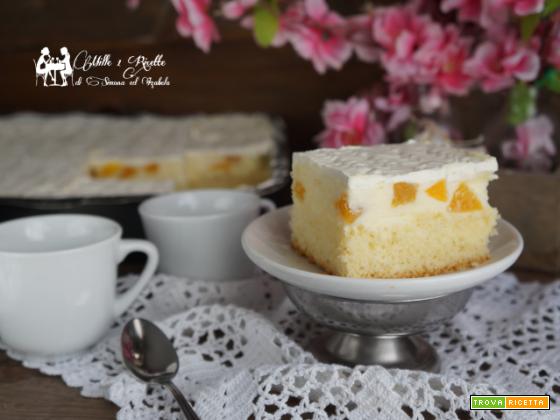 Torta con crema, pesche e schiuma di limone