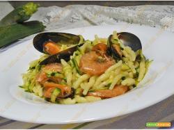 Trofie con zucchine crude gamberi e cozze
