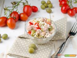 Insalata di riso con pomodorini tonno e olive verdi
