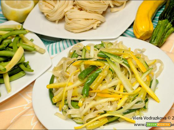 Fettuccine Probiotiq con fagiolini e zucchine colorate