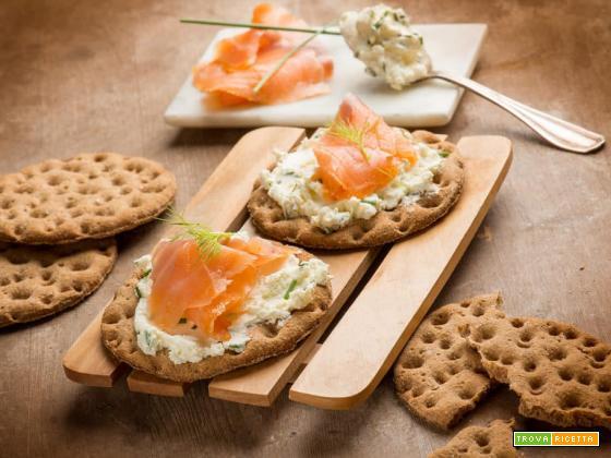Knäckebröd Råg con salmone affumicato e crema al formaggio, a tavola!