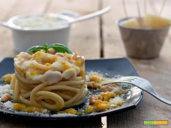 Bucatini con crema di peperoni, pecorino e noci sbriciolate