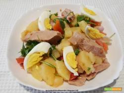 Insalata di patate con tonno, cipolla, rucola e pomodori