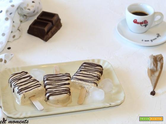 Gelato su stecco panna e caffè