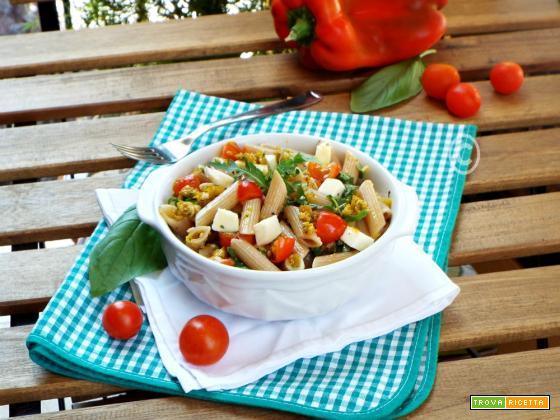 Pasta fredda con pesto di peperoni, pomodorini e mozzarella