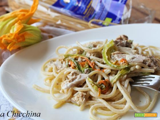 Spaghetti con fiori di zucca e tonno