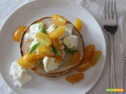 Pancakes salati con pomodori gialli e mozzarella