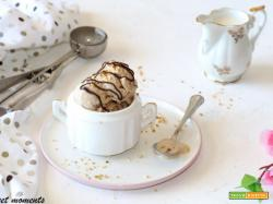 Gelato alla nocciola con gelatiera