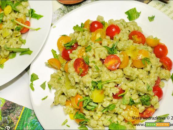 Spätzle di patate e rucola con pomodori e porri