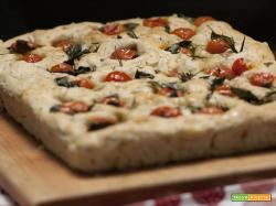 Focaccia integrale con pomodorini e rosmarino