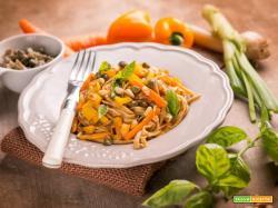 Tagliatelle di farro con verdure e pinoli, un primo piatto estivo