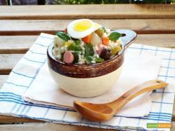 Insalata di riso con verdure, uova e wurstel