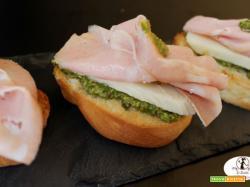 Venerdì apericena: crostini di pan brioche con pesto di pistacchi, mortadella e pecorino ai pistacchi...con l'aiutino della friggitrice ad aria