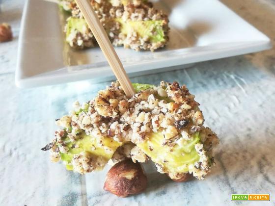 Stick di avocado in granella di nocciole