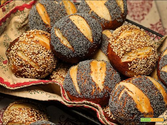 Panini Laugenbrot con semi di sesamo e papavero