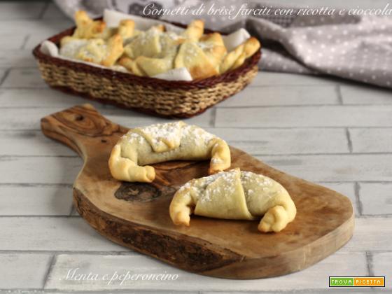 Cornetti di brisè ripieni di ricotta e cioccolato