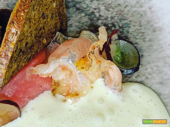 Crostino con composta di pera cotogna, spuma di gorgonzola e guanciale