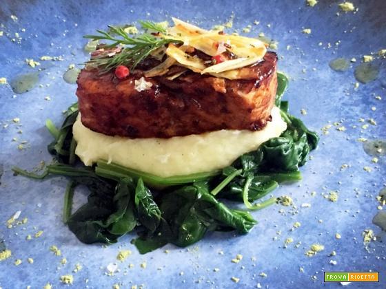 Salmone marinato al tamarindo con pastinaca e spinaci saltati