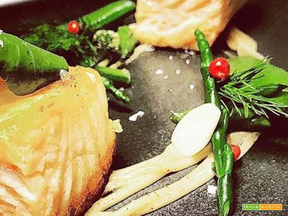 Ricetta filetti di salmone scottati con asparagi e salsa di arachidi