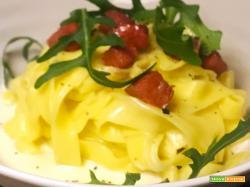 Ricetta tagliatelle al brodo di Parmigiano, rucola e chorizo