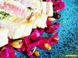 Ricetta di filetto di tonno scottato con insalata calda di cavolo viola