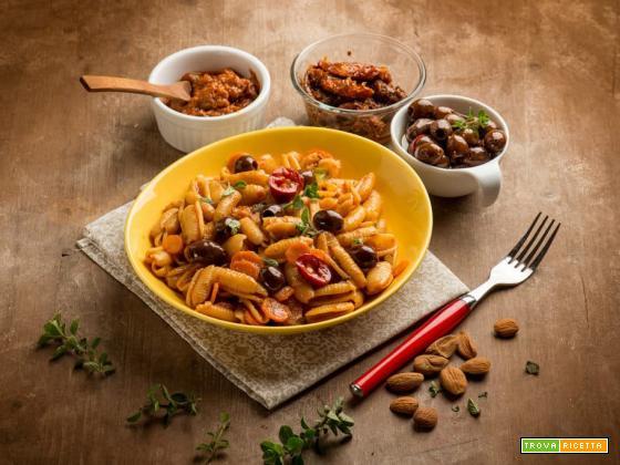 Deliziosi gnocchetti al pesto rosso con carote ed olive