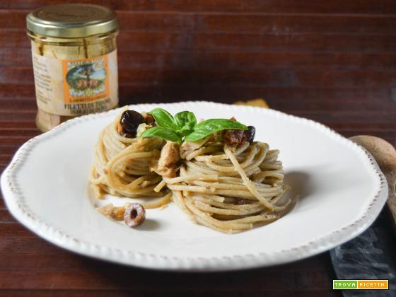 Spaghetti con tonno olive e pomodori secchi
